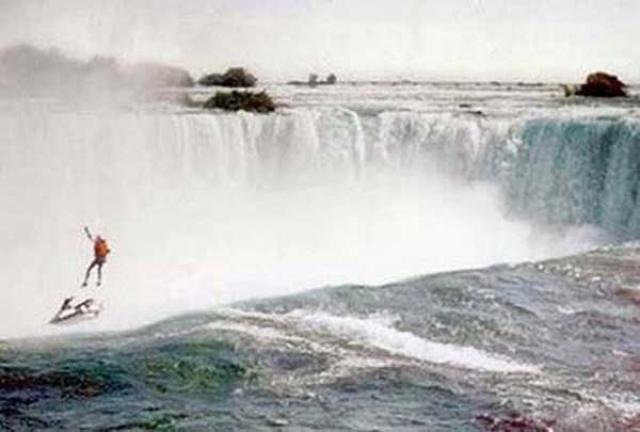 Роберт Оверстакер пытался спрыгнуть с парашютом с Ниагарского водопада, однако его парашют не раскрылся. Он скончался в больнице через час после того, как было сделано это фото.