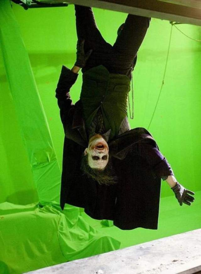 Темный рыцарь Хит Леджер репетирует финальную сцену фильма, когда он свисает с небоскреба.