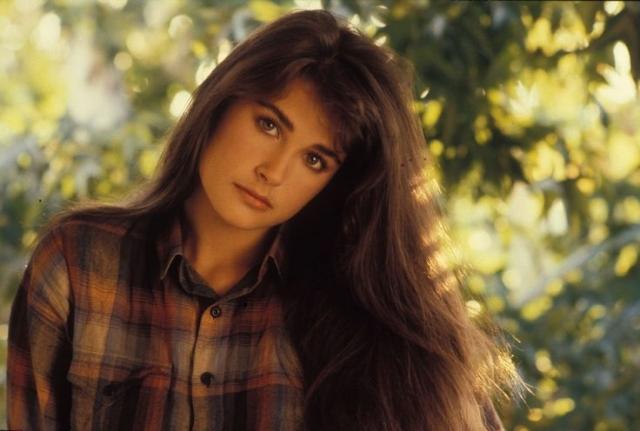 В возрасте 16 лет она бросила школу и стала работать в модельном агентстве.