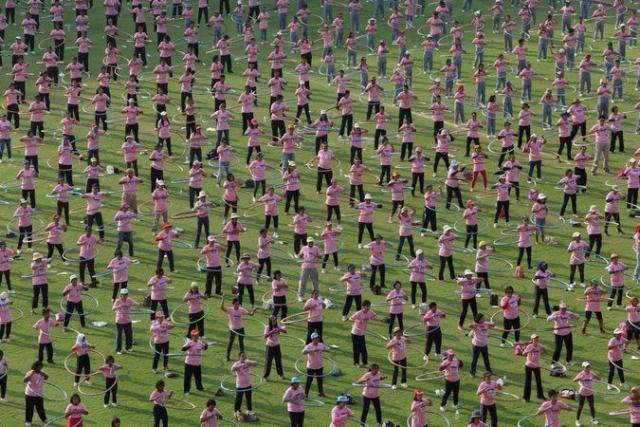В феврале 2013 года на окраине Бангкока 4 483 человека одновременно крутили хулахуп, установив тем самым мировой рекорд.