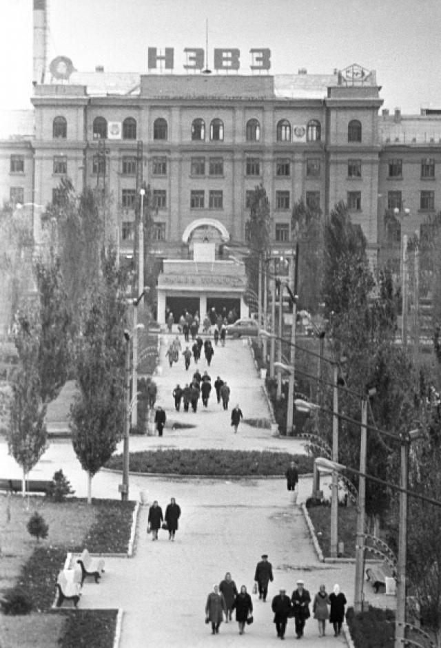 К 1962 году в провинциальном городке Новочеркасск проживало 145 тысяч человек, а его главным предприятием был НЭВЗ, завод им. Буденного, на котором работало около 12 тысяч человек.