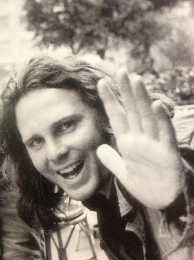 Лидер группы The Doors Джим Моррисон умер 3 июля 1971 года в Париже. По официальной версии, причиной смерти стал сердечный приступ, но настоящих обстоятельств никто не знает.