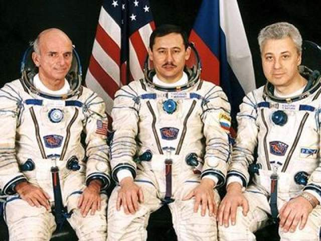 Первый космический турист - Деннис Тито - слева на фото, 28 апреля 2001 года.