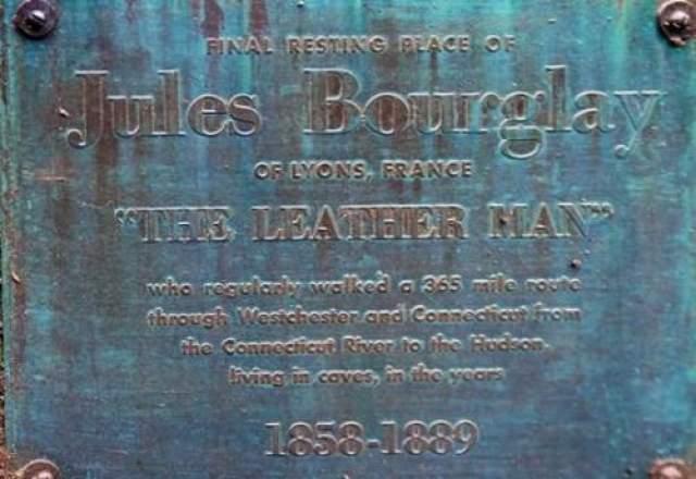 """Интересный факт: на надгробии кованного человека написано следующее: """"место последнего упокоения Жюля Боурглая из Лиона, Франция, """"кожаного человека"""". Однако, позже в газете была опубликована история о том, что это не его настоящее имя. По мнению исследователей, его личность до сих пор остается неизвестной."""