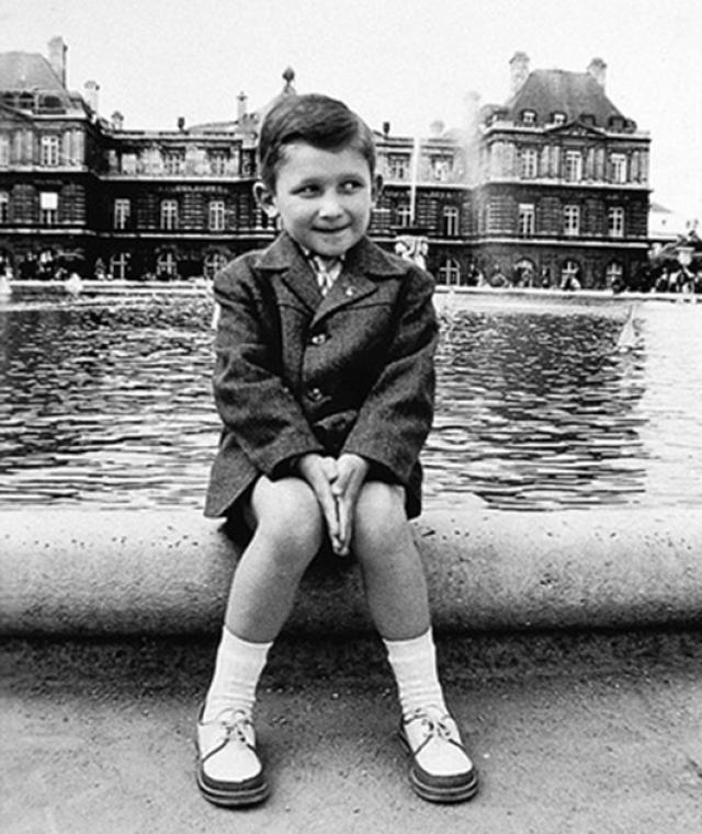 Жан-Поль Готье. Будущий хулиган от моды родился в приличной французской семье, под Парижем, 24 апреля 1952 года. Готье редко появлялся в школе, а большую часть свободного времени посвящал крою нарядов и придумыванию макияжа для плюшевого мишки Нана.