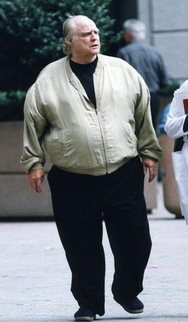 Однако в пожилом возрасте его можно было с трудом узнать. Актер был печально известен вредными привычками в еде и скончался в 2004.