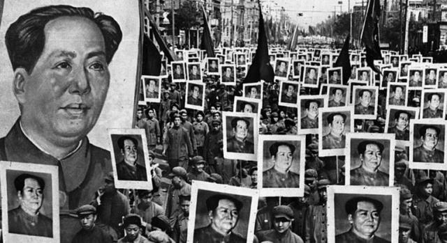 Пассажиры общественного транспорта были обязаны хором цитировать сборник высказываний великого Мао...