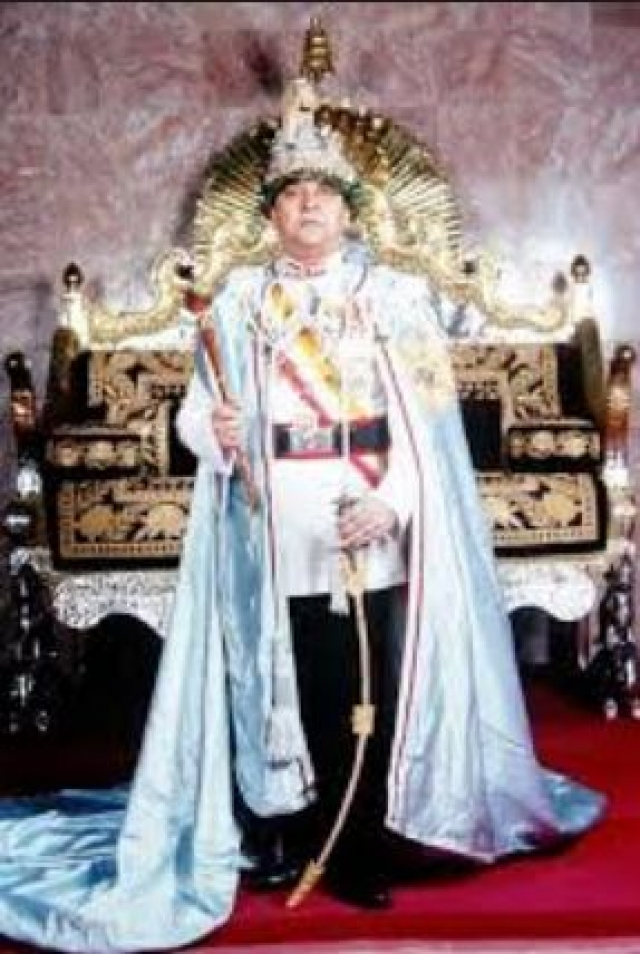 Новый непальский король попал в сложное положение. Многие тогда задавались вопросом: а может, Гьянендра вовсе не случайно отсутствовал на том злополучном обеде, после которого для него оказался открыт путь к трону?