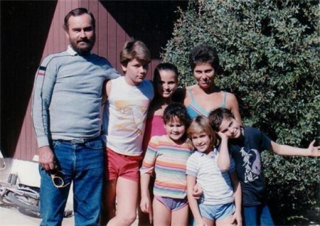 В один прекрасный день семья Феникс разочаровалась в этом религиозном движении и покинула его, чтобы стать христианскими миссионерами.