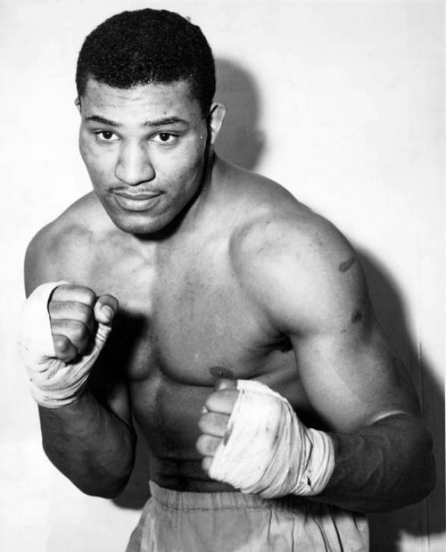 Эдвард Сандерс (боксер, 24 года). Эдвард стал первым в истории чернокожим золотым медалистом Олимпийских игр в тяжелом весе. Во-вторых, на Олимпиаде в 1952 году, которая проходила в Хельсинки, Сандерс победил всех своих соперников досрочно.