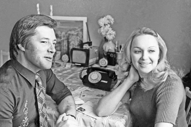 Евгений Жариков. Наталья Гвоздикова стала второй супругой актера и его настоящей любовью. С ней он прожил 37 лет, когда вдруг стало известно, что параллельно с этой у него есть вторая семья...