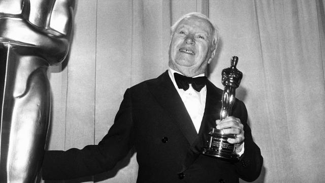 """В 1928 году Чаплин был награжден специальным Оскаром за гениальность сценария, актерского мастерства, режиссуры и продюссерства за фильм """"Цирк"""". На вручении зал аплодировал Чаплину стоя 12 минут"""