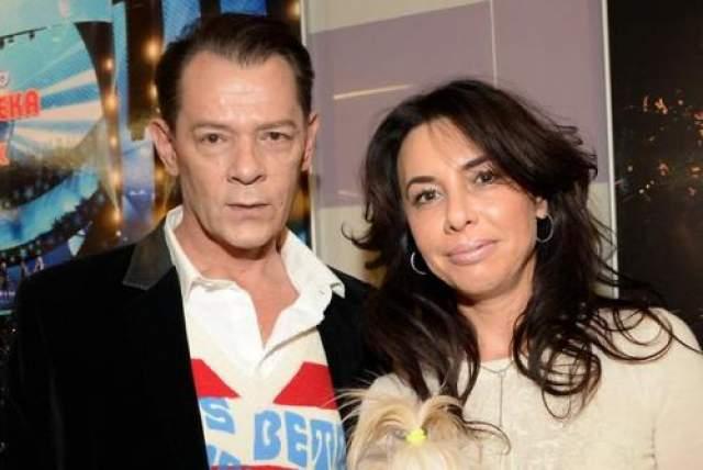Несмотря на это, артист заявил, что жить с женой не собирается, так как счастливы в отношениях со своим продюсером Ириной Аманти, и подал на развод.