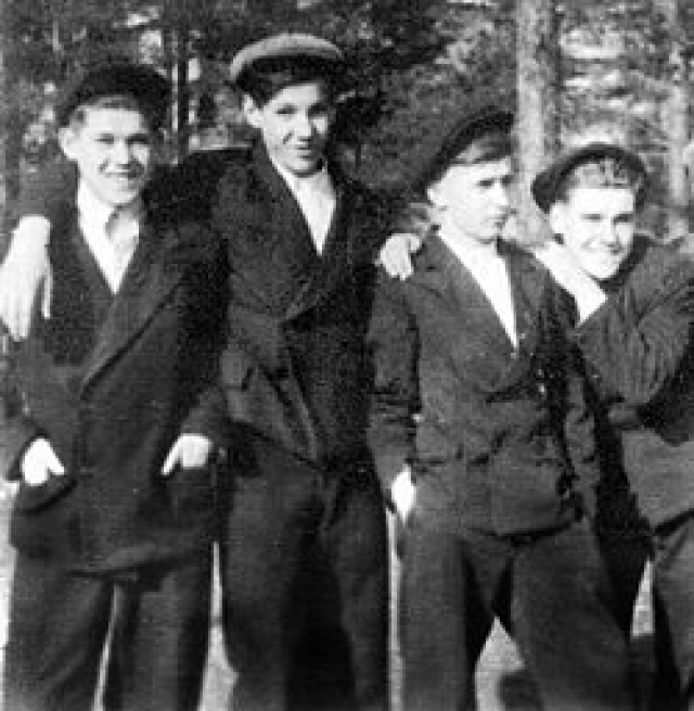 В детстве Ельцин был страшно драчлив. В одной из драк «район на район» ему перебили нос оглоблей.