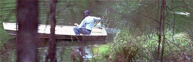 """Многие политики становились жертвами животных. Странный случай произошел в ходе лодочной прогулки президента США Джимми Картера 28 августа 1979 года. Хозяин белого дома рыбачил, когда на него внезапно напал кролик. Животное преследовало главу государства, как собака, """"кролик агрессивно хрипел, выпрыгивал из воды и плыл за лодкой""""."""