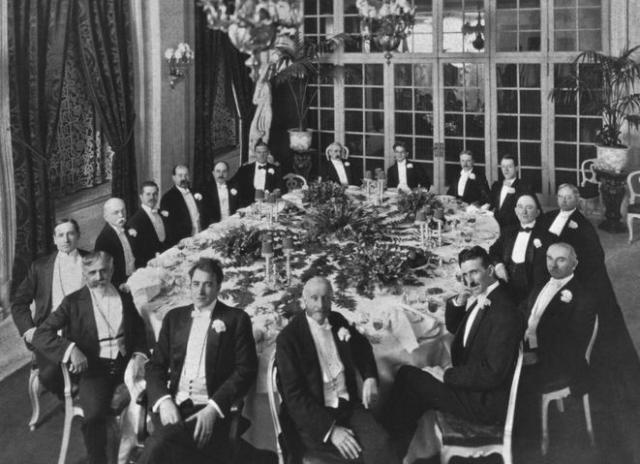 Тесла считался настоящим эстетом и обладал весьма специфическим чувством стиля. Он верил, что чтобы стать успешным, человек должен выглядеть успешным. Каждый вечер он выходил к ужину в белых перчатках, и гордился элегантностью своего костюма.