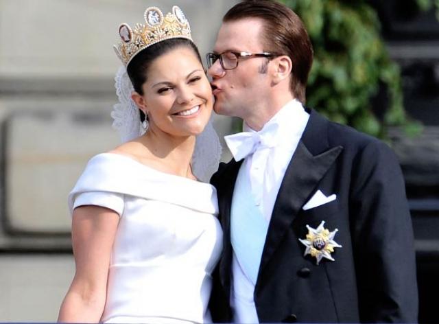 Свадьба шведской принцессы Виктории со своим бывшим тренером по фитнесу Даниэлем Уэстлингом была названа самой роскошной королевской свадьбой после бракосочетания принца Чарльза и принцессы Дианы.