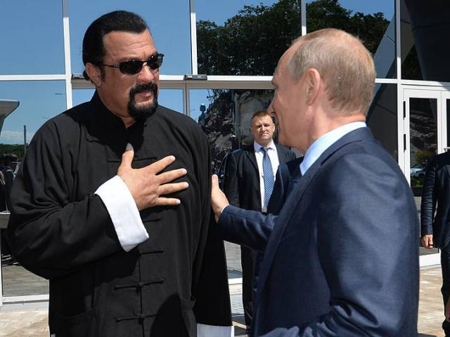 """Также Сигал очень гордится знакомством с российским лидером Владимиром Путиным: """"Считаю его своим другом и хотел бы считать его своим братом"""", – рассказывал он в интервью."""