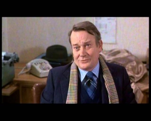 Денхолм Эллиот Британский актёр театра, кино и телевидения, лауреат премии BAFTA.В 1987 году у него был диагностирован ВИЧ, однако он продолжил работу, снявшись в нескольких телефильмах, в продолжении истории об Индиане Джонсе «Индиана Джонс и последний крестовый поход».