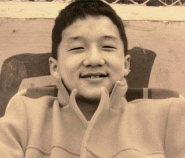 Кстати, писать и читать по-китайски Джеки умеет плохо: в школе занятий по грамматике и чтению почти не было, а, если и были, то ребята ничего не слушали и занимались своими делами. Китайскому Джеки учился уже в зрелом возрасте, вместе с английским.