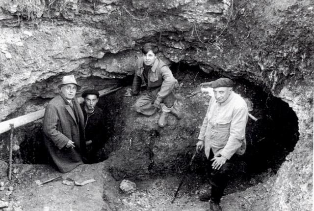 Специалист по истории первобытного общества Анри Брейль, скрывавшийся в регионе во время немецкой оккупации, стал первым исследователем, посетившим пещеру Ласко 21 сентября 1940 года.