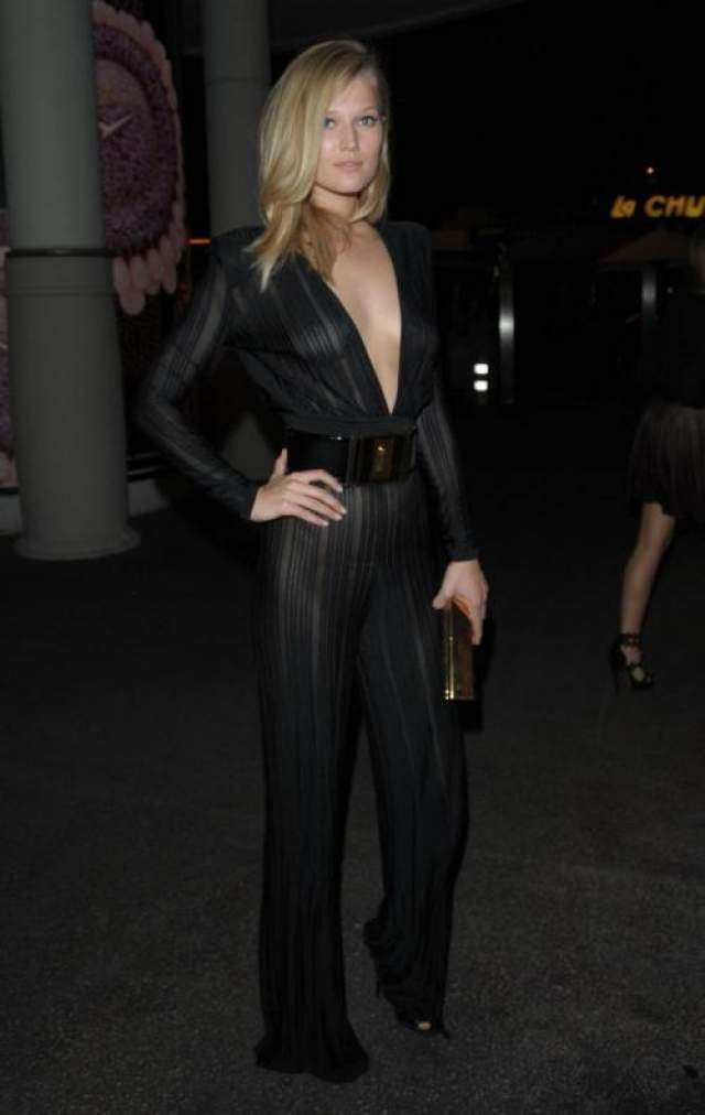 Экс-подруга голливудской звезды Леонардов Ди Каприо Тони Гаррн (27) нарядилась в полупрозрачный комбинезон Balmain, под которым была видна грудь и светлые трусики