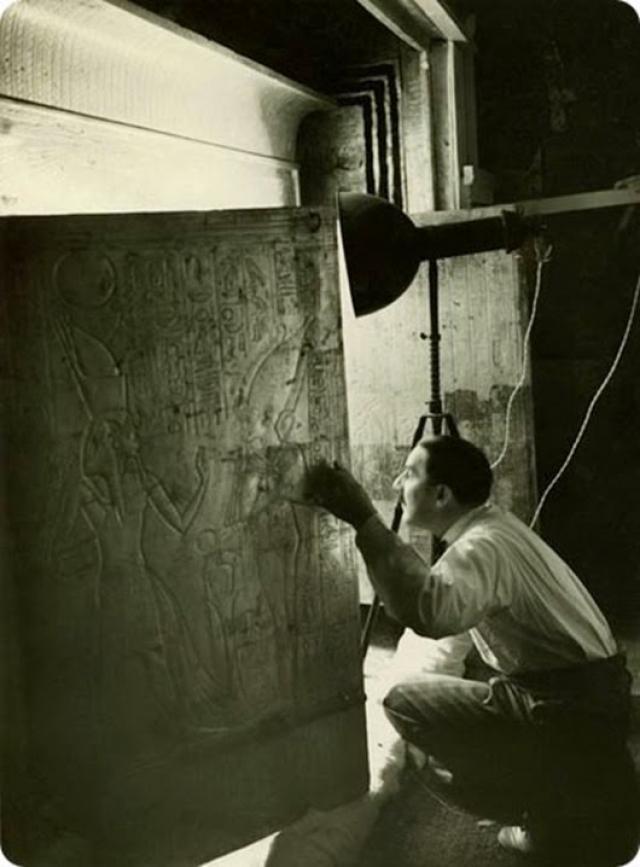 К середине февраля 1923 года работа над передней комнатой была завершена. Наконец-то археологи были готовы открыть тайну опечатанной двери. Кульминация наступила 17 февраля 1923 года: в этот день исследователи вошли в склеп юного фараона. На фото: Картер открывает наосы, которые окружали саркофаг. Для этого потребовалось 84 дня.