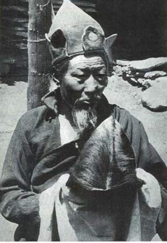 Разные группы неоднократно находили следы босых ног на снегу, но самого существа повстречать не довелось. В одном из буддийских храмов был найден скальп, по словам монахов, принадлежавший снежному человеку. монахи почитали его как святыню и рассказывали, что скальп хранится в храме больше 350 лет. На фото: Буддиский монах со скальпом йети