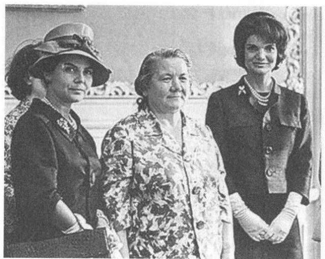 Супруг глав правительства в СССР обычно никто не знал, но именно Нина Хрущева начала эту традицию нарушать. Ее визит в Вену в 1961 году наделал много шума в западной прессе. Все обсуждали ее грузную фигуру, похожее на домашний халат платье, отсутствие стильной прически и дорогих украшений.