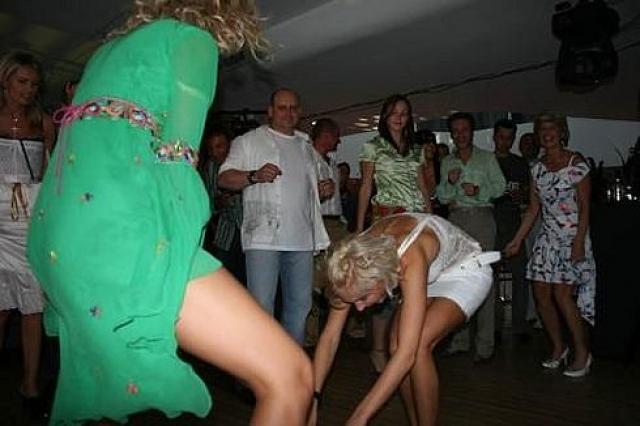 Мало того, что на певице и модели довольно нескромное платье, но и танцы ее также не отличаются скромностью.