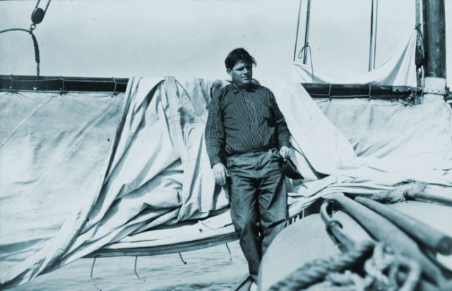 """В 1896 году он уезжает в Аляску, чтобы работать там золотодобытчиком, а по приезду из нее пишет произведения """"Дочь снегов"""" и """"Сын волка"""". Поняв, что за книги можно получать большие деньги, он бросает труд рабочего и начинает писать."""