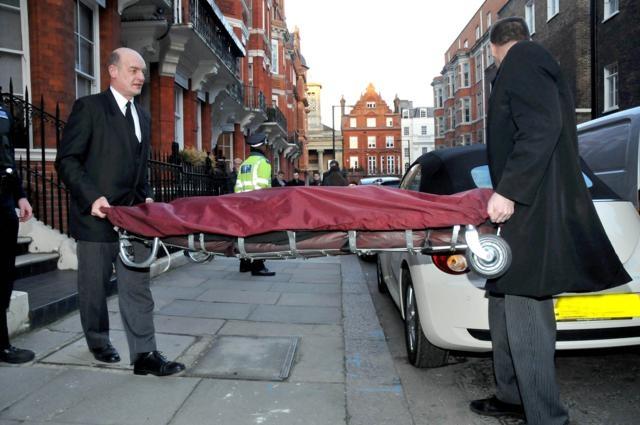 Британская полиция подтвердила, что дизайнер повесился в гардеробной своего дома, оставив предсмертную записку, текст которой не раскрывается.