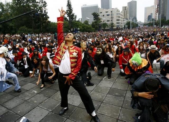 """29 августа 2009 года, более 12 000 фанатов Майкла Джексона из Мехико станцевали танец певца из его легендарного клипа """"Thriller"""", установив мировой рекорд."""