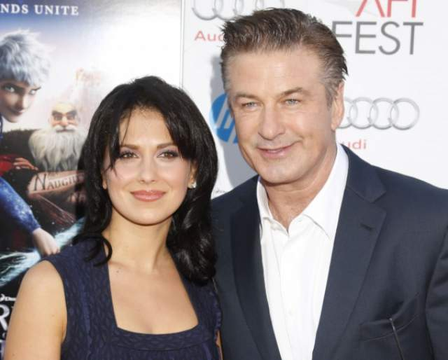 Алек Болдуин (61) и Хилари Томас (35), вместе 8 лет. Актер встретил свою любовь в 2011 году, а еще через год сделал ей предложение.