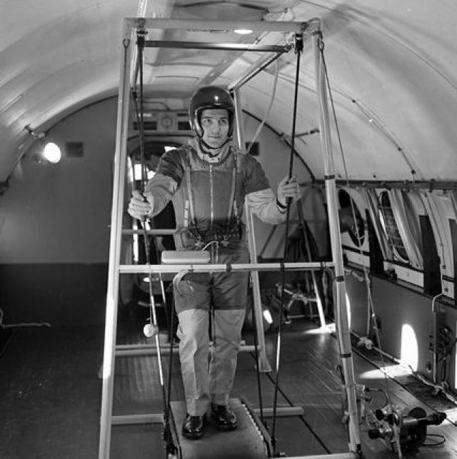 Корабль отправлялся в автономный полет, следить с Земли за ним было трудно. Значит, один-единственный космонавт должен был не только экономить в еде, но еще и стараться не сбиться с пути.