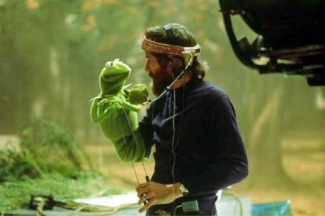 Маппеты Джим Хенсон и Кермит смотря в глаза друг другу.