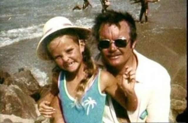Суду доложили, что Чарльз был хроническим алкоголиком и часто поднимал руку на жену и дочь.