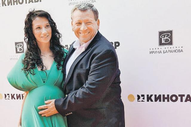 После совместной работой над фильмом они начали встречаться, а через некоторое время жить вместе. В мае 2010 года пара поженилась, а в сентябре 2012 года у супругов родилась дочь Василиса.