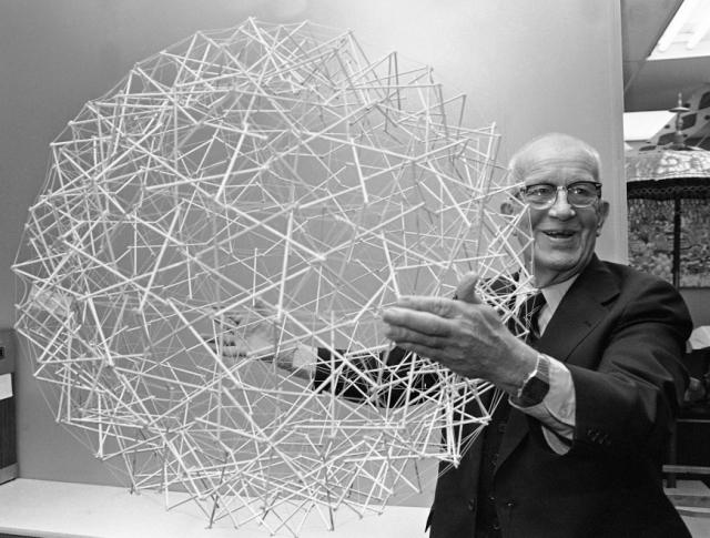 """Бакминстер Фуллер. Известный архитектор и изобретатель, автор термина """"синергетика"""" и книг по теории систем."""