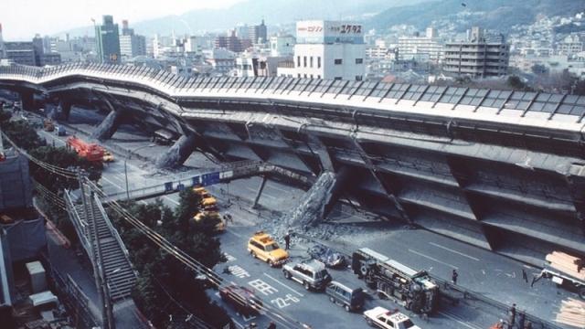 По подсчётам, во время землетрясения погибло 6434 человека. Последствия стихии: разрушение 200 000 зданий, 1 км скоростного шоссе Хансин, уничтожение 120 из 150 причалов в порту Кобе, нарушения электроснабжения города. Ущерб составил примерно десять триллионов иен или 102,5 млрд долларов США, или 2,5 % от ВВП Японии в то время.