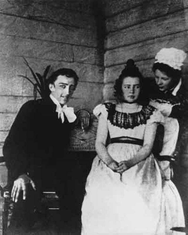 """Люба не осталась в долгу. В нее влюбился Андрей Белый, друг Блока. Впрочем, физической измены с ним и не было – лишь страстные поцелуи. Она поступила в театральную труппу Мейерхольда и, гастролируя, заводила романы. О каждом новом любовнике честно сообщала супругу. В конце каждого послания неизменно писала: """"Люблю одного тебя""""."""