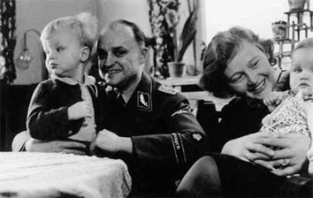 """В 1941 году суд СС обвинил чету Кохов в """"чрезмерной жестокости и моральном разложении"""", но наказания они так и не получили. Спустя три года, в 1944 году, их вновь привлекли к ответственности. В апреле 1945-го, за несколько дней до освобождения лагеря американцами, Карл Кох был расстрелян."""