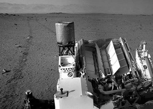 Марсианский день номер 349, 30 июля 2013 года. Марсоход Curiosity и его следы на поверхности Марса.