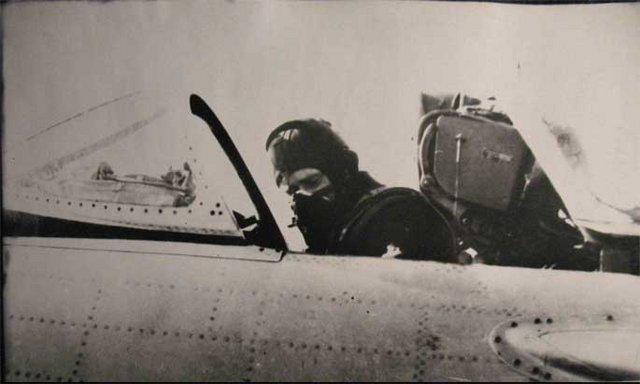 С командного пункта поступила команда катапультироваться. Но облачность стала реже, и внизу стали различимы городские кварталы. Капустин решил остаться и увести самолет за пределы Берлина.