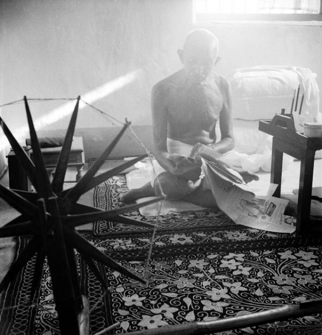 """Идеолог национально-освободительного движения Индии Махатма Ганди был известен как человек крайне скромный. Об этом и свидетельствует снимок, сделанный в его """"кабинете"""" 1946 году."""