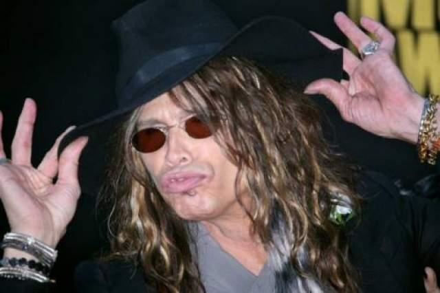 """Стивен Тайлер из группы """"Aerosmith"""" попал в реабилитационную клинику в декабре 2009 года за то, что пристрастился к болеутоляющим."""