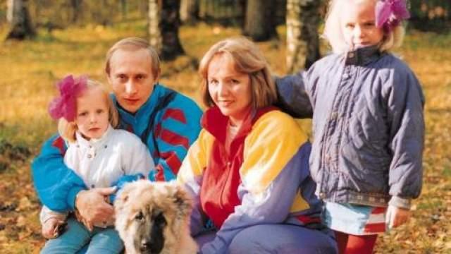 Владимир Путин с семьей в начале 1990-х