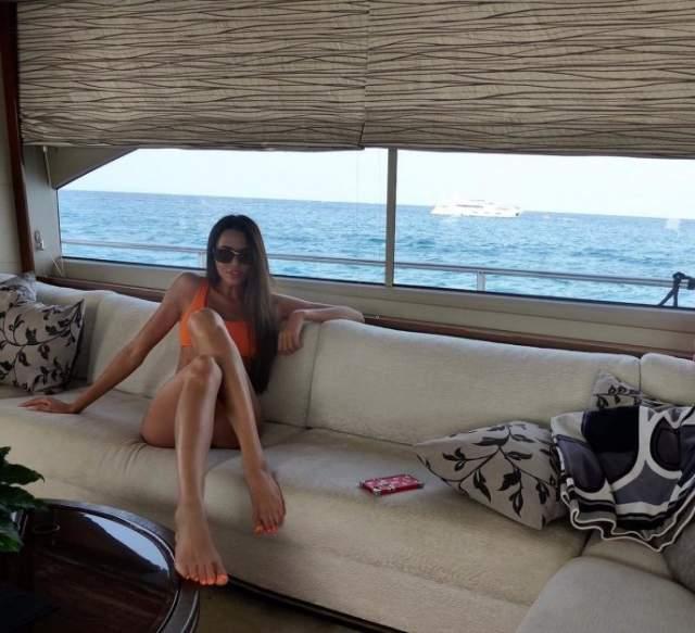 Анастасия Решетова : 45 размер ноги Когда Решетова опубликовала снимок в купальнике, пользователи Сети раскритиковали модель и возлюбленную Тимати за большие ступни. Одни предположили, что у девушки минимум 45-й размер, и заявили, что это некрасиво.