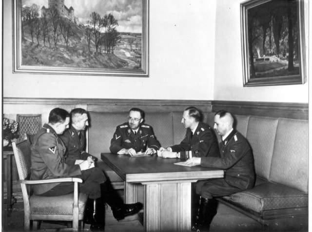 Чехи бросились наутек, а безоружные немцы - за ними. Кубиш все-таки попал в Гейдриха, и остался истекать кровью вместе со своим водителем.
