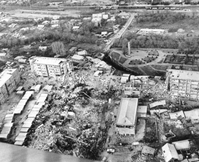 Оказать первую помощь стало практически невозможно, поскольку районная больница превратилась в руины, погибли сотни врачей. Под развалинами осталось и медицинское оборудование. Город погрузился в хаос.